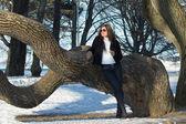 Ung attraktiv kvinna i park — Stockfoto