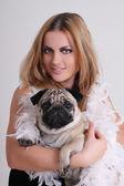 Genç kadın ile pug köpek — Stok fotoğraf