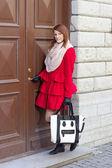 Eski kapı önünde genç bir kadın — Stok fotoğraf