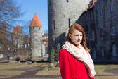 женщина позирует в старом городе таллина — Стоковое фото