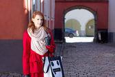 Redhaired chica caminando en el casco antiguo de tallin — Foto de Stock