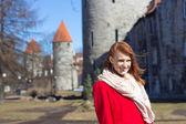женщина позирует в старом городе таллина, эстония — Стоковое фото