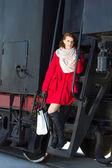 Vacker rödhårig kvinna i röd kappa och vintage tåget — Stockfoto