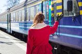 Donna agitando la mano sulla piattaforma — Foto Stock