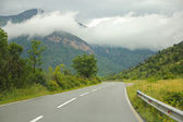 Road to mountains and beautiful clouds — 图库照片