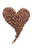 白で隔離され、心臓の形でコーヒー豆 — ストック写真