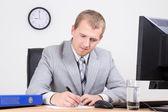 молодой предприниматель, работающих в ярких офисе — Стоковое фото