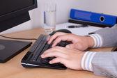 Mani di uomo d'affari digitando sulla tastiera — Foto Stock