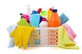 Attrezzature per la pulizia nel cesto isolato su sfondo bianco — Foto Stock