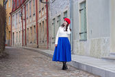 Young beautiful woman walking in medieval town — Foto Stock