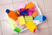 Boîte pleine de fournitures sur sol carrelé de nettoyage — Photo