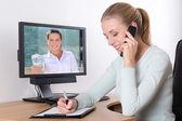 オフィスに電話で話している実業家 — ストック写真