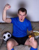 Tv ve kutlama hedefe izlerken futbol komik genç adam — Stok fotoğraf