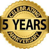 Celebrating 5 years anniversary golden label with ribbon, vector illustration — Vettoriale Stock
