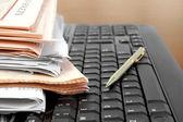Periódicos en el teclado — Foto de Stock