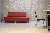 красный диван и кресло — Стоковое фото
