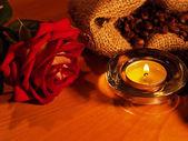 фон с свечи и роза — Стоковое фото