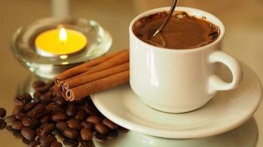 świeca przy filiżance kawy. łyżka kawy mixy — Wideo stockowe