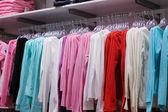 Oblečení v obchodě — Stock fotografie