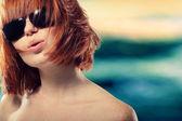Verão menina adolescente redhaired alegre em óculos de sol — Fotografia Stock