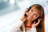 Supporto telefono operatore in cuffia alzando angolo al lavoro — Foto Stock