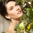 Beautiful bride with apple, summer outdoor — 图库照片