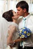 Belle jeune mariée baiser marié — Photo