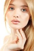 Schöne junge frau mit langen blonden haaren und haare in der nähe von ihr gesicht — Stockfoto