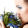 Foto Stock: Teen girl smell fragrance of flowers