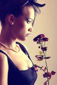 Mooie vrouw met rozen — Stockfoto