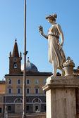 Kvinna staty vid piazza del popolo — Stockfoto