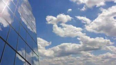 Reflexión de la nube de edificio de oficinas — Vídeo de Stock