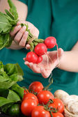Vrouw bedrijf verse groenten — Stockfoto