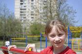 девушка на детской площадке — Стоковое фото