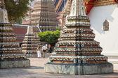 Reiziger wandelen in de tempel. — Stockfoto