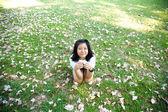 Adolescente, assis sur l'herbe — Photo