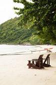 ビーチで木製の椅子. — ストック写真