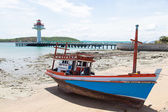 Wooden fishing boat moored on the beach. — Foto de Stock