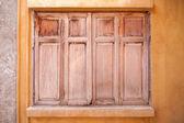 Okna stare drewniane domu ściany — Zdjęcie stockowe
