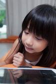 Fille jouant avec tablette. — Photo
