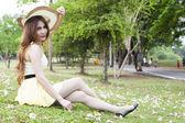 Woman sitting on lawn — ストック写真