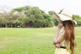 Kobieta w kapeluszu, rozmawia przez telefon. — Zdjęcie stockowe