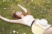 女人躺在草地上. — 图库照片