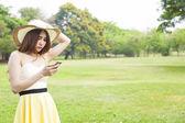 女人玩智能手机. — 图库照片