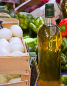 Extra virgin olive oil and raw vegetables — Stock Photo