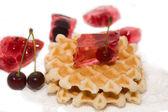 Dessert bestehen aus johannisbeere, kirsche und waffeln — Stockfoto