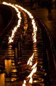 Brinnande ljus på altaret i buddhistiska tempel, sri lanka — Stockfoto