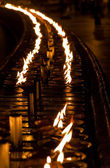 Velas ardientes en altar en templo budista, sri lanka — Foto de Stock