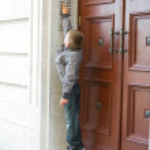 Boy ringing doorbell — Stock Photo