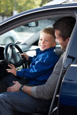 Father with son in car — Stockfoto